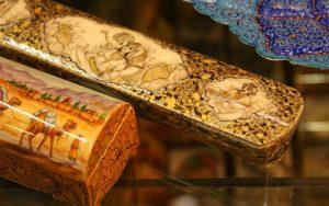 هنر نگارگری و تراش استخوان شتر ، یکی از رشته های صنایع دستی